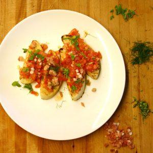 bruschetta mit tomaten basilikum und südtiroler speck