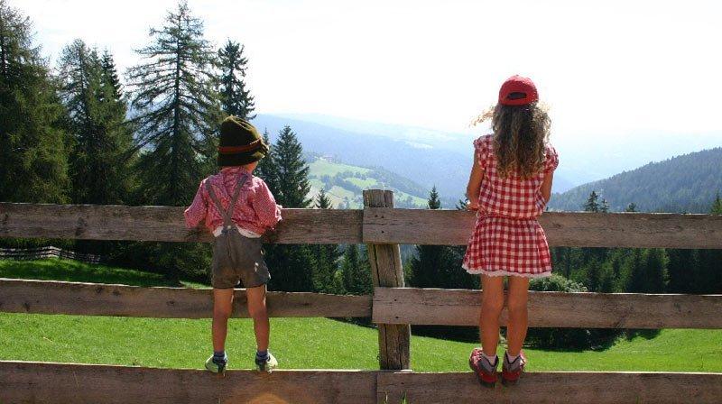 bambini in dirndl e costume tirolese