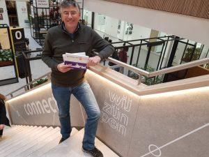 Eugene Franken met boek Showing of Eindhoven in Fontys gebouw Tu/e