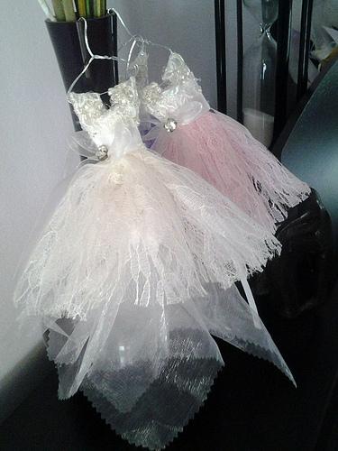 Μπομπονιέρα Μπαλαρίνα, δεμένη με τούλι και σατέν κορδόνι, χρώματα λευκό και λιλά.
