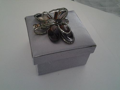 Μπομπονιέρα Σατέν Κουτάκι, με κόσμημα πεταλούδα