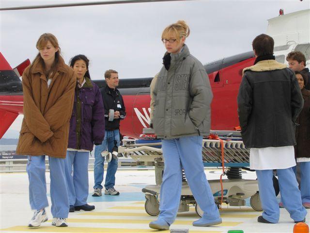 Os atores bem novinhos gravando no heliporto. Esta foto eu peguei de um post da própria KOMO TV.