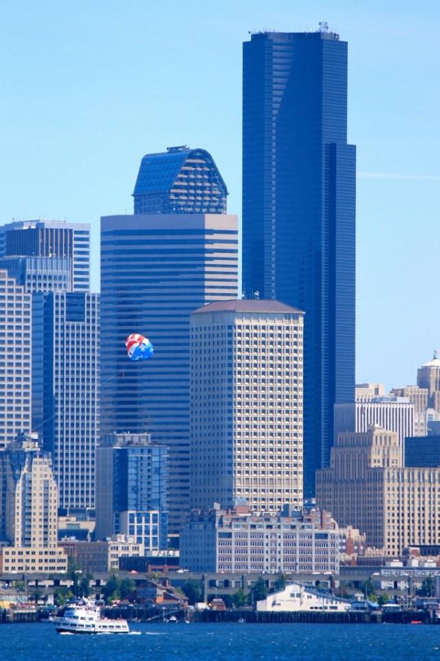 Este prédio preto bem alto é o Columbia Tower