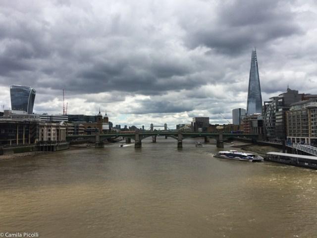 """Vista da Millenium Bridge - à esquerda da foto está o """" Walkie-Talkie"""" (margem norte do Tâmisa) e à direita o The Shard (margem sul do Tâmisa). Ao fundo (beeeem ao fundo) a Tower Bridge."""
