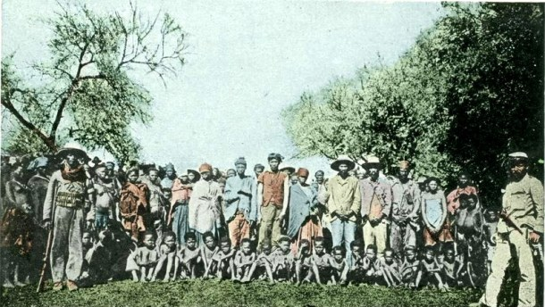 Prisioneros de guerra nama alrededor de 1900 en plena época colonial. Autor: Desconocido. Fuente: Bundesarchiv, Bild 146-2003-0005 (CC BY-SA 3.0)