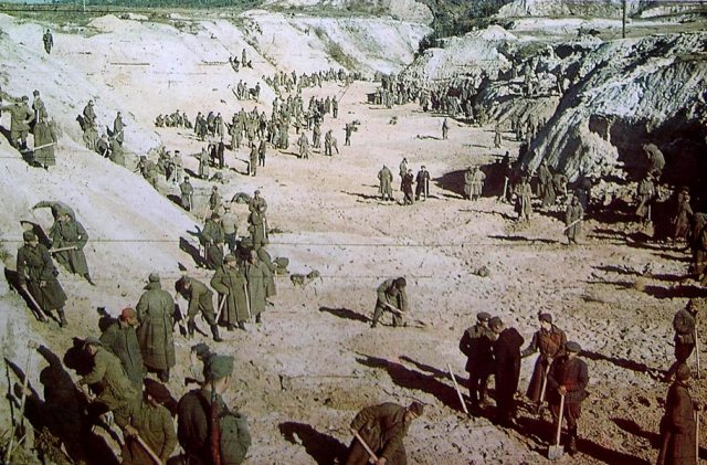 Judíos obligados a cavar por tropas alemanas y auxiliares ucranianos en Babi-Yar.