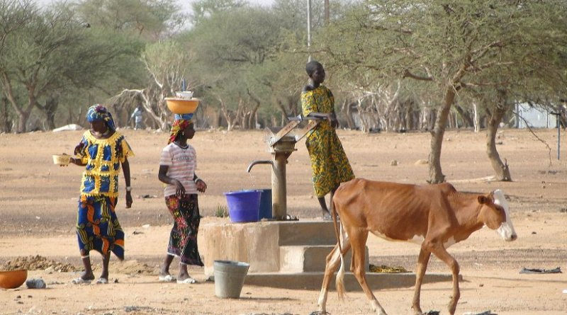 Scene with Women at Village Well in Sahel Region, Burkina Faso. Photo by Adam Jones, Ph.D., Wikipedia Commons.