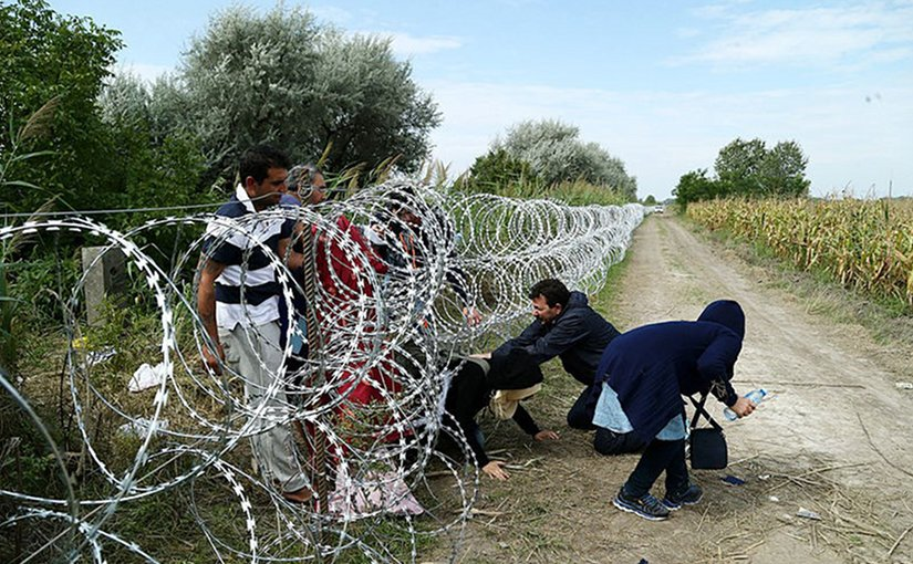 Migrants cross into Hungary underneath the unfinished Hungary–Serbia border fence, 25 August 2015. Photo: Gémes Sándor/SzomSzed, Wikipedia Commons.