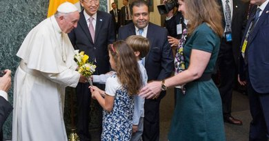 Pope Francis is welcomed by Secretary-General Ban Ki-moon and receives flower bouquets from children of UN staff members at the start of his visit to UN Headquarters. UN Photo/Mark Garten