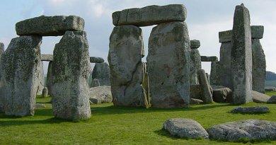 Stonehenge. Wikipedia Commons.