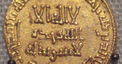 Gold Dinar coin from Abbasids, Baghdad, Iraq, 765. Photo by PHGCOM, photographed at the British Museum, Wikipedia Commons.