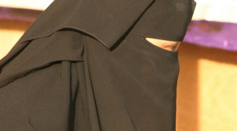 A woman wearning niqab. Photo by Walter Callens, Wikipedia Commons.