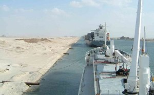 Ships moored at El Ballah during transit of Suez Canal. Source: Wikipedia Commons.