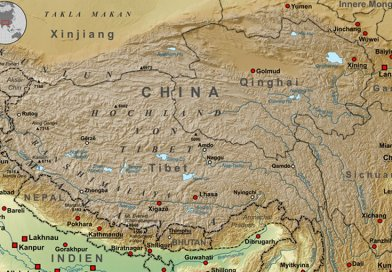 The Qinghai-Tibetan Plateau lies between the Himalayan range to the south and the Kunlun Range to the north. Map by Lencer, Wikipedia Commons.