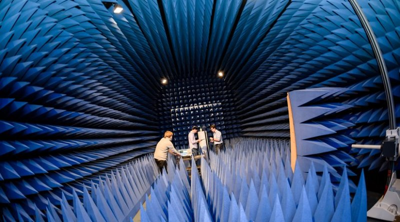The development of a new device for the detection of land mines begins with tests in a highly controlled environment, for example in this chamber which absorbs electromagnetic waves. © RUB, Damian Gorczany