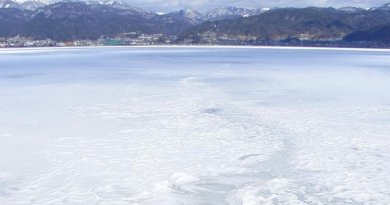 Frozen Lake Suwa. Credit Photo by Ozawajun, from Wikimedia Commons