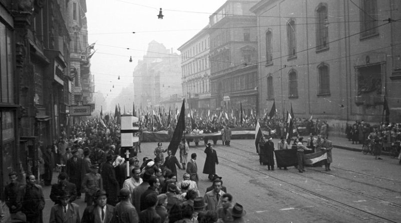 March of protesters on 25th October. Photo by FORTEPAN / Nagy Gyula, Wikipedia Commons.