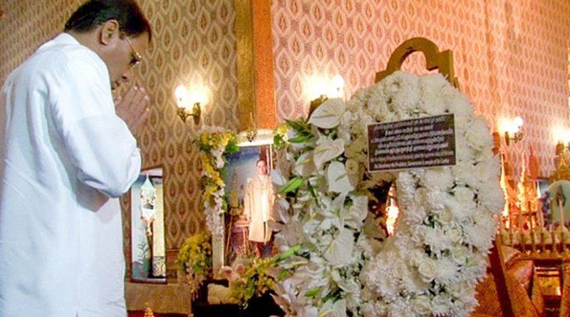 Sri Lanka's President Maithripala Sirisena pays his last respects to Thailand's late King Bhumibol Adulyadej. Photo Credit: Sri Lanka government.