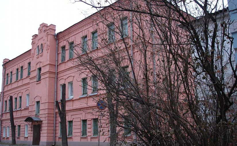 Building of a courthouse in the Vladimir Central Prison complex. Source: Wikipedia Commons.