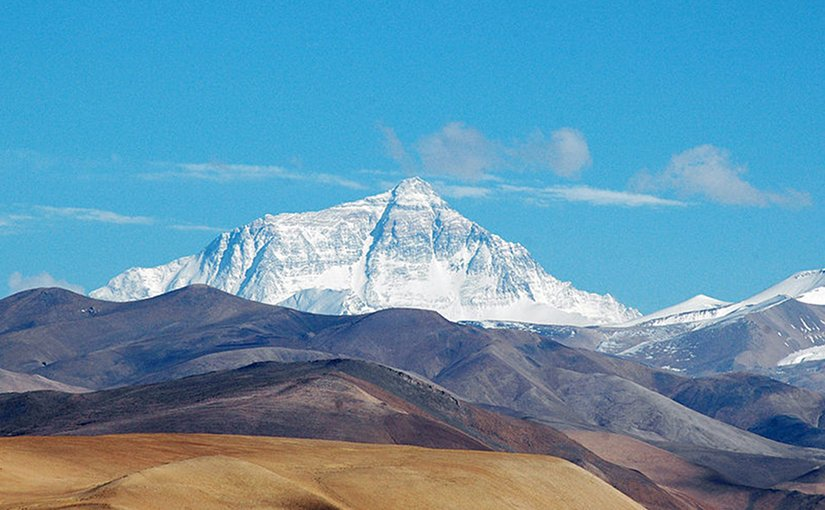 Mt. Everest, seen from Tingri, a small village on the Tibetan plateau at around 4050m above sea level. Photo by Joe Hastings, Wikipedia Commons.