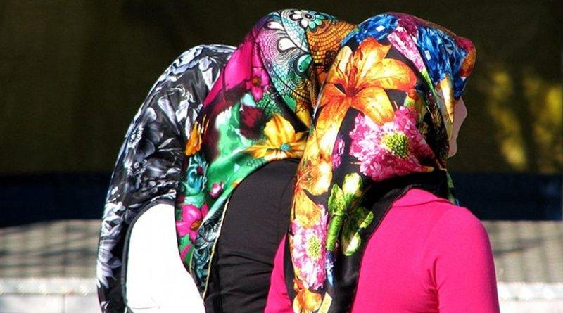 Women in Turkey wearing modern headscarves (echarpe). Photo by ozgurmulazimoglu, Wikipedia Commons.
