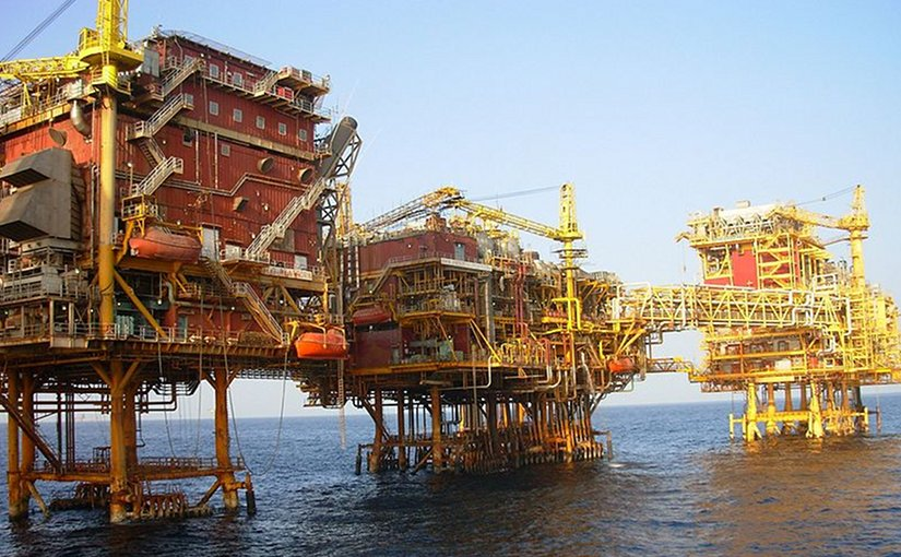 An ONGC platform at Bombay High in the Arabian Sea. Photo by Nandu Chitnis, Wikipedia Commons.