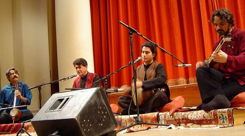 Mohammad Reza Shajarian at a concert in London. Photo by Khashayar Karimi, Wikipedia Commons.