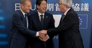 European Council President Donald Tusk (L), Japanese Prime Minister Shinzo Abe (C) and Commission chief Jean-Claude Juncker celebrate the signing of a political agreement on a much-vaunted trade deal. [European Commission]