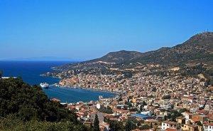 Vathy, capital of Samos, Greece. Photo by Pe-sa, Wikipedia Commons.