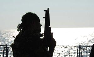A member of Pakistan Navy Special Service Group aboard Pakistan Navy Ship PNS Babur. Photo by Mass Communication Specialist 2nd Class Michael Zeltakalns, US Navy, Wikipedia Commons.
