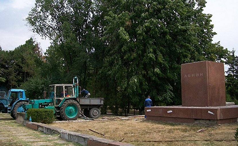 Photo of local administration workers dismantling Lenin's statue in Falesti, Moldova. Photo: Sergey Korolyuk, Facebook, via Balkan Insight.
