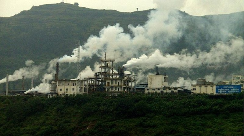 Industrial plant causing air pollution, near the Yangtze River, China, Photo by High Contrast, Wikipedia Commons.