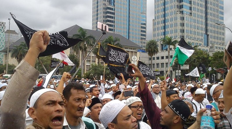 Protests against Basuki Tjahaja Purnama, Christian governor of Jakarta, 31 March 2017. Photo by Cahaya Maulidian, Wikipedia Commons.