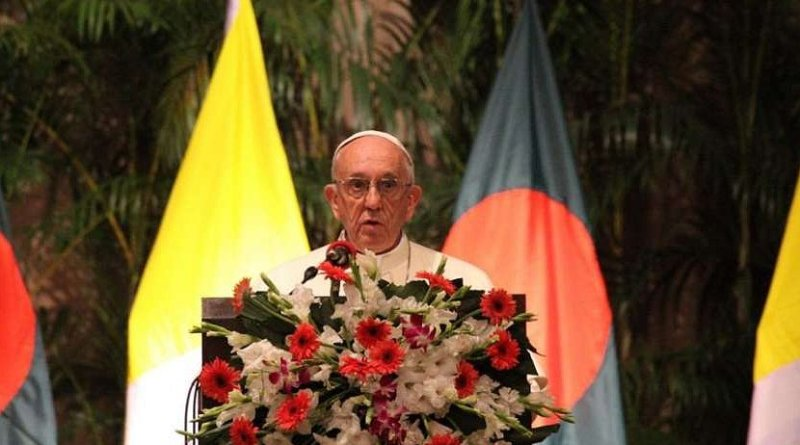 Pope Francis speaks to authorities in Dhaka, Bangladesh after his arrival Nov. 30, 2017. Credit: Ed Pentin/CNA.