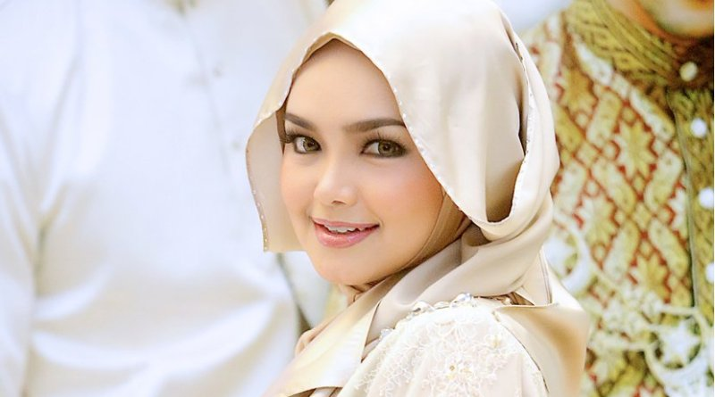 Malaysian singer Siti Nurhaliza wearing a tudung (headscarf). Photo by Idzwan Junaidi, Wikipedia Commons.