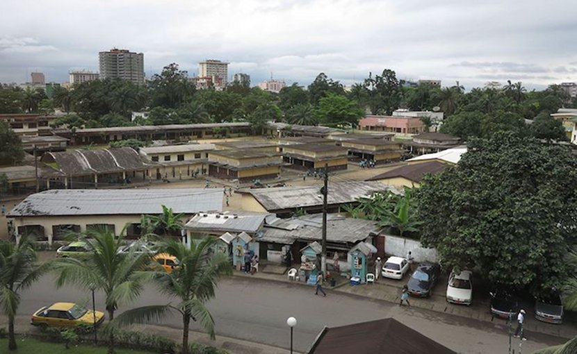Avenue des Cocotiers, Douala, the largest city in Cameroon and its economic capital. The city is primarily francophone. Credit: Kayhan ERTUGRUL | Wikimedia Commons.