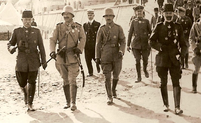 The Kaiser at Gallipoli, October 1917. From left: German admiral (in Ottoman uniform) Guido von Usedom, Emperor Wilhelm II., Enver Pasha, Vice admiral Johannes Merten. Source: WIkimedia Commons.