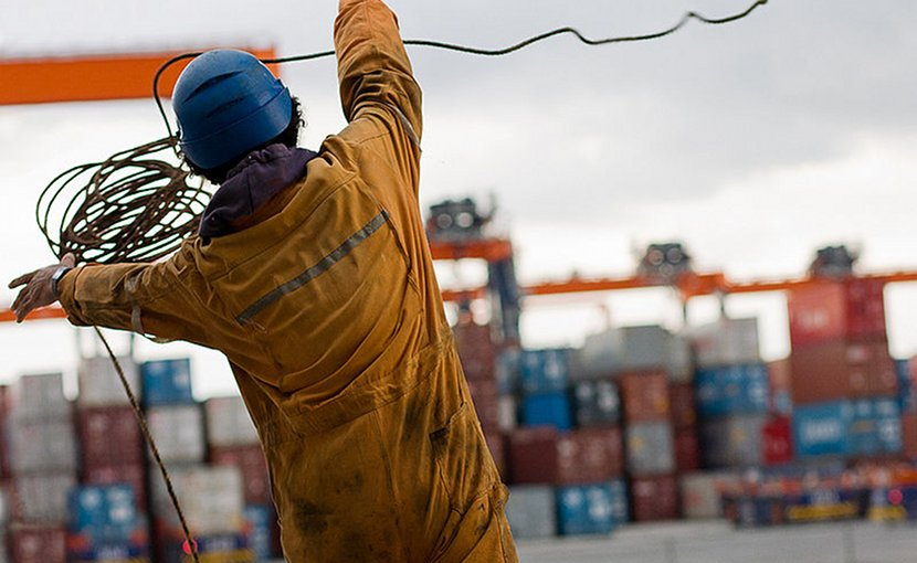 Filipino seaman throwing the ball of the heaving line ashore. Photo by Maxime Felder, Wikipedia Commons.