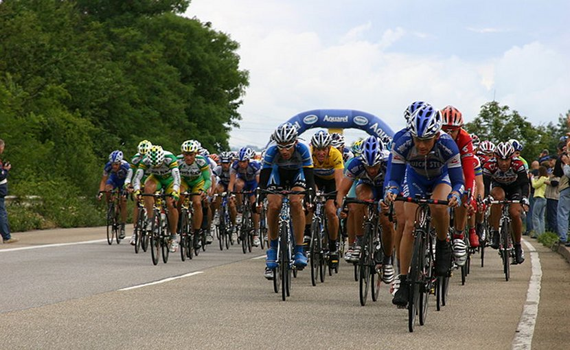 The peloton during the 2005 Tour de France. Photo Credit: Wikimedia Commons.