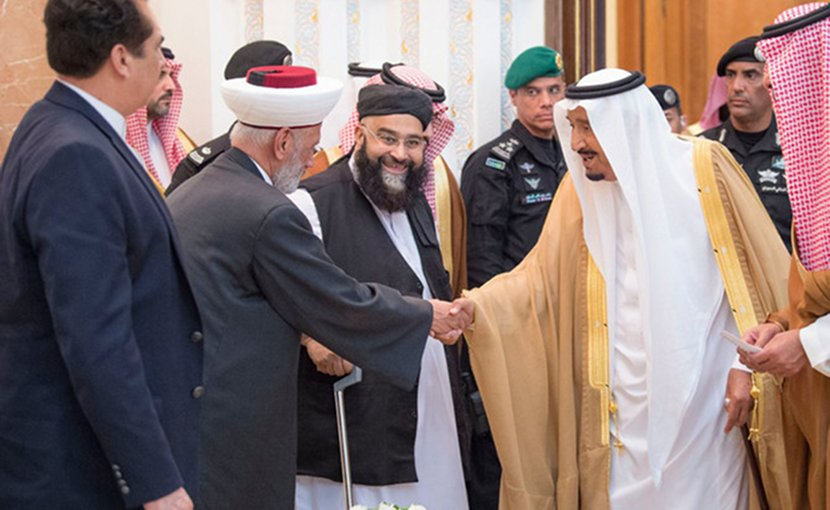 King Salman welcomes foreign heads of state and Islamic dignitaries on Wednesday in Makkah. (SPA)