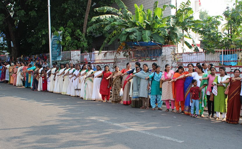 Women's Wall at Kollam, India. Photo Credit: Sai K shanmugam, Shanmugam Studio, Kollam, Wikipedia Commons.