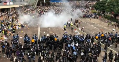 Hong Kong police fire tear gas at protestors. Photo Credit: 美國之音記者湯惠云拍攝, https://www.voacantonese.com/a/hong-kong-ce-20190614/4959124.html