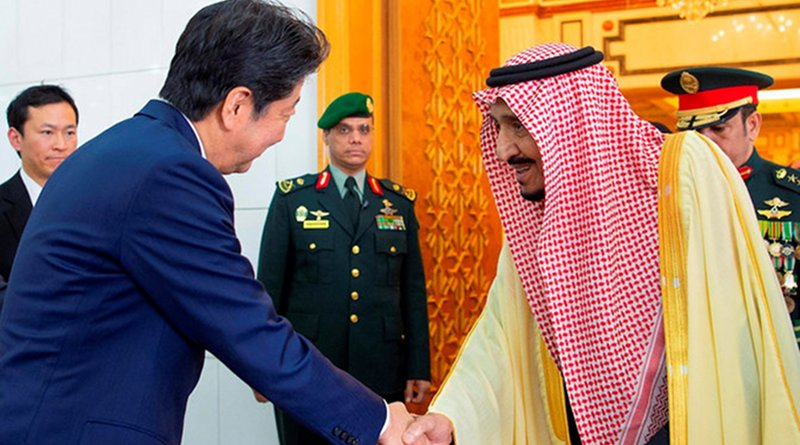 King Salman shakes hands with Japanese Prime Minister Shinzo Abe during his visit in Riyadh. (SPA)