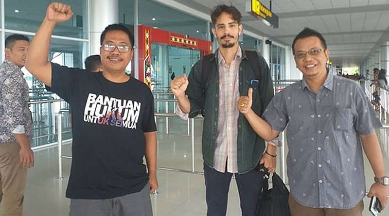 Philip Jacobson (center), accompanied by lawyers Parlin Bayu Hutabarat (left) and Aryo Nugroho, celebrate his release at the Palangkaraya Airport in Central Kalimantan, Jan. 31, 2020. Courtesy the Palangkaraya Legal Aid Institute I