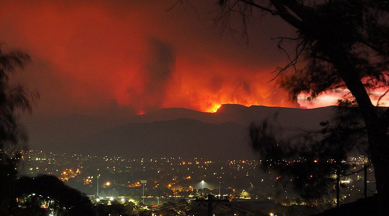 The Orroral Valley Fire viewed from Tuggeranong in southern Canberra, Australia. Photo Credit: Nick-D, Wikipedia Commons