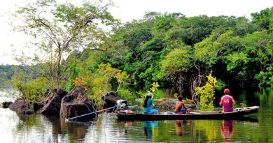 For many indigenous people, it takes more than 24 hours in a motorized canoe to reach the nearest major community, public officials and law enforcement. Such remoteness gives them little hope of seeking protection or avoiding conflict once outsiders move in aggressively to occupy indigenous ancestral lands. Image by Mauricio Torres / Mongabay.