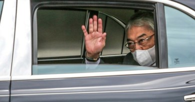 Malaysia's King Al-Sultan Abdullah Ri'ayatuddin Al-Mustafa Billah waves to reporters as he arrives at the gate to the National Palace in Kuala Lumpur ahead of a meeting there with his fellow Malay Rulers, Oct. 25, 2020. [Photo Credit: S. Mahfuz/BenarNews]