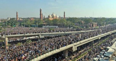 Huge crowds of mourners line the roads of Lahore for the funeral procession of Tehreek-e-Labbaik Pakistan leader Khadim Hussain Rizvi on Nov. 21. (Photo supplied)