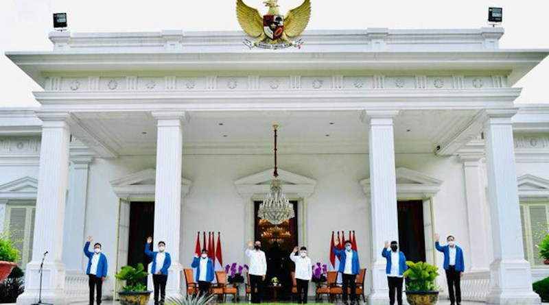 "Indonesian President Joko ""Jokowi"" Widodo (fourth from left) and Vice President Ma'aruf Amin (fourth from right) pose with six newly appointed ministers after Jokowi introduced them at the Presidential Palace, Dec. 22, 2020. [Photo Courtesy of the Indonesia Cabinet Secretary's Office]"