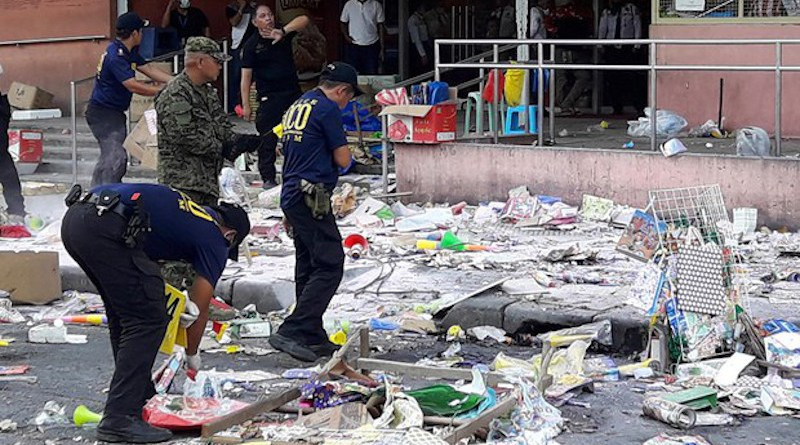 Philippine investigators search for evidence at a bomb site outside a shopping mall in the southern city of Cotabato, Dec. 31, 2018. Photo Credit: Mark Navales/BenarNews